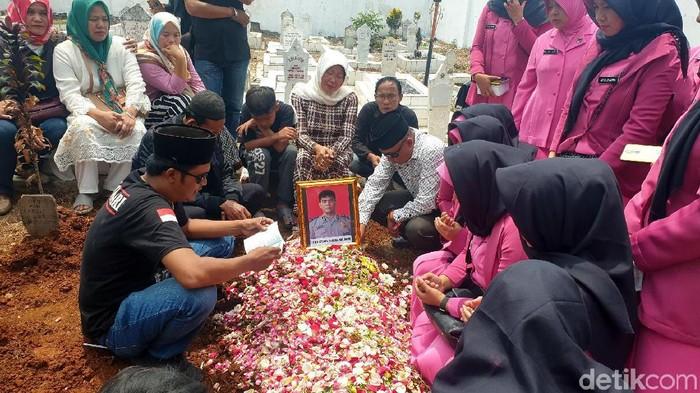 Ipda Erwin dimakamkan di TMP Cianjur. (Foto: Syahdan Alamsyah)
