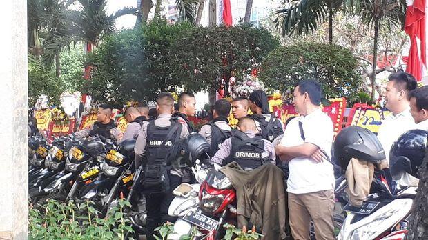 Polisi dan Brimob berjaga-jaga.