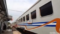 Jalur ini dilayani dengan kereta ekonomi KA Siliwangi yang masing-masing rangkaian terdiri dari 4 kereta atau gerbong. Harga tiketnya sangat murah, hanya Rp 3.000 untuk pemberhentian semua titik.