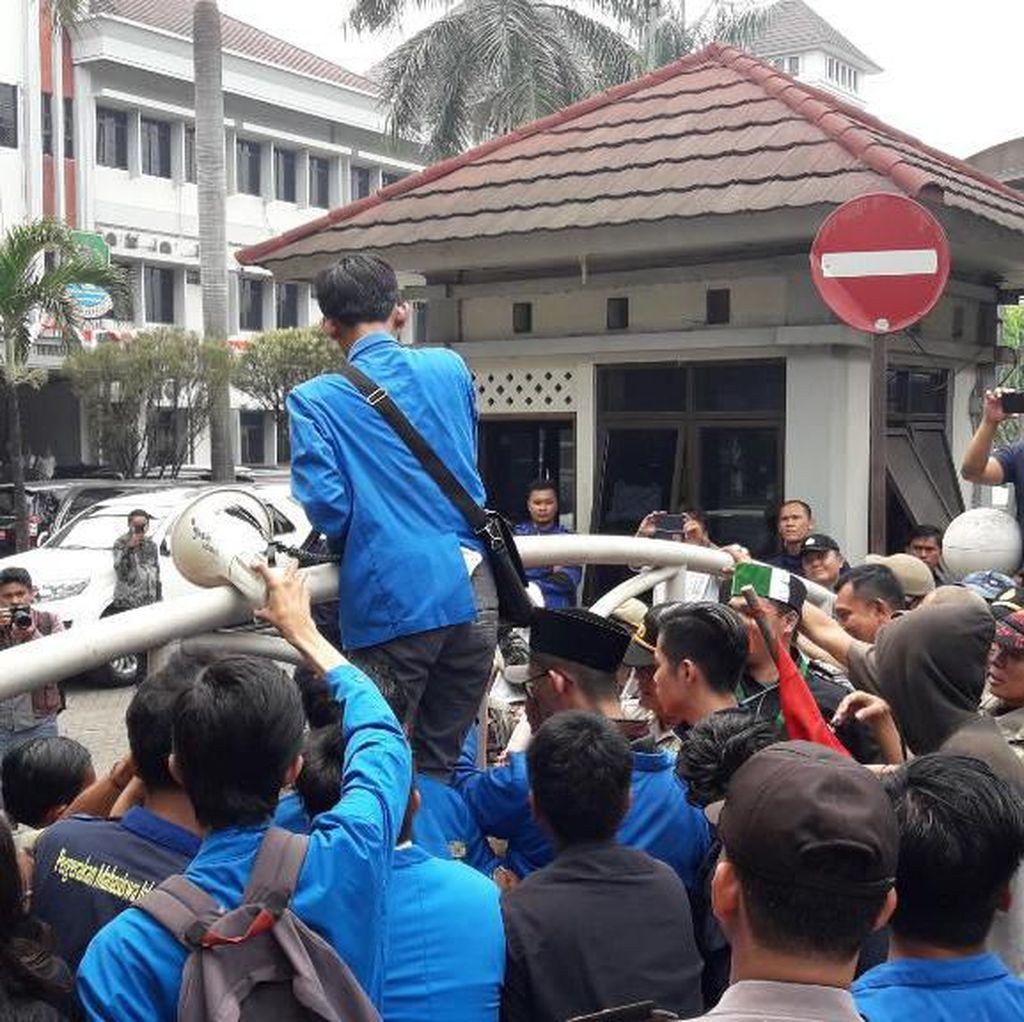 Pelantikan Anggota DPRD Kota Bekasi Periode 2019-2024 Diwarnai Aksi Demo