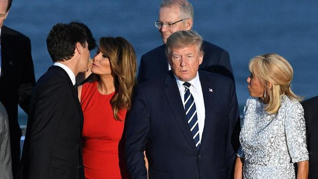 U.S. First Lady Melania Trump kisses Canada's Prime Minister Justin Trudeau next to U.S. President Donald Trump and Brigitte Macron, wife of French President Emmanuel Macron, during the family photo with invited guests at the G7 summit in Biarritz, France, August 25, 2019. Andrew Parsons/Pool via Reuters
