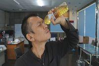 Pria Ini Minum Air Seninya Sendiri Selama 5 Tahun