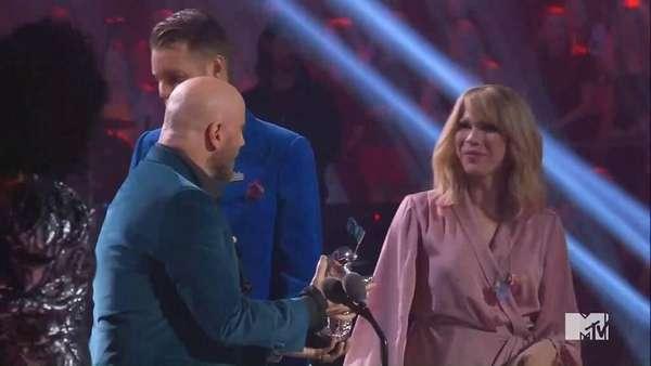 Salah Kasih Piala, Ternyata John Travolta Tak Tahu Taylor Swift