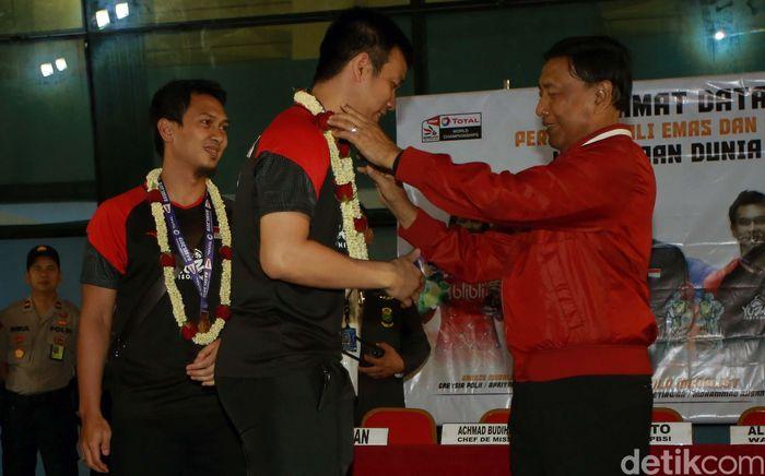 Ganda Putra Indonesia itu diberikan kalungan bunga oleh ketua umum PBSI Wiranto saat tiba di Bandara Soekarno Hatta, Tangerang, Banten, Rabu (27/8/2019).