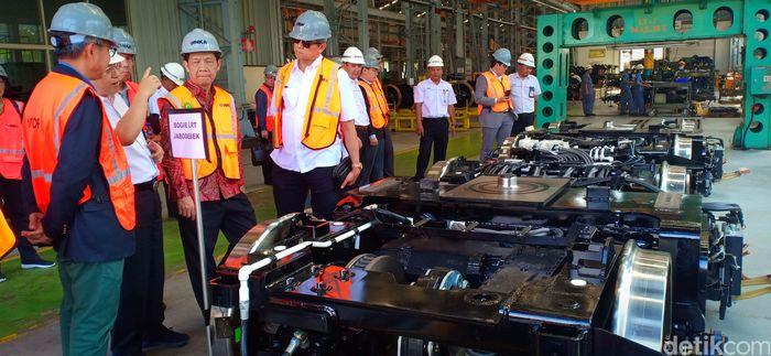 Jadi mereka (delegasi negara Laos) datang kemari ingin menyampaikan lebih detail rencana-rencana mereka. Strategi mereka untuk INKA, agar mendukung infrastruktur negara Laos, terang Direktur Produksi, PT INKA, Bayu Waskito, kepada wartawan usai berkeliling bersama delegasi Laos melihat proses produksi kereta, Selasa (27/8/2019).