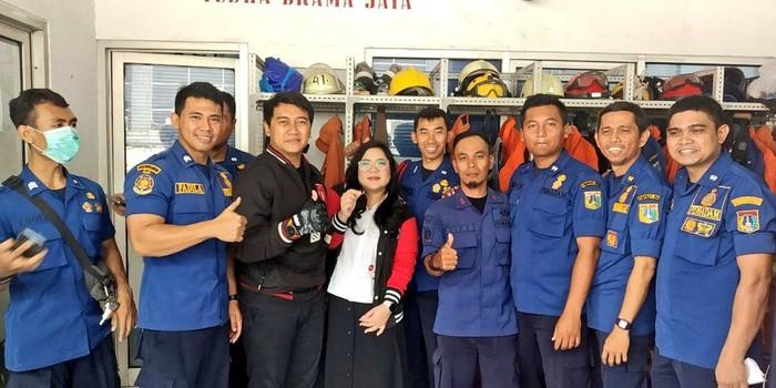 Kisah wanita viral karena minta bantuan pemadam kebakaran untuk melepaskan cincin di jarinya. Foto: Dok. DPKP DKI Jakarta