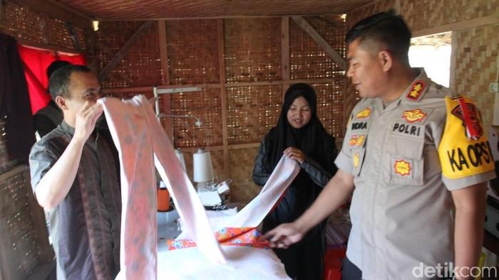 Keluarga napiter di Kabupaten Bandung mendapat bantuan mesin jahit. (Foto: Wisma Putra/detikcom)