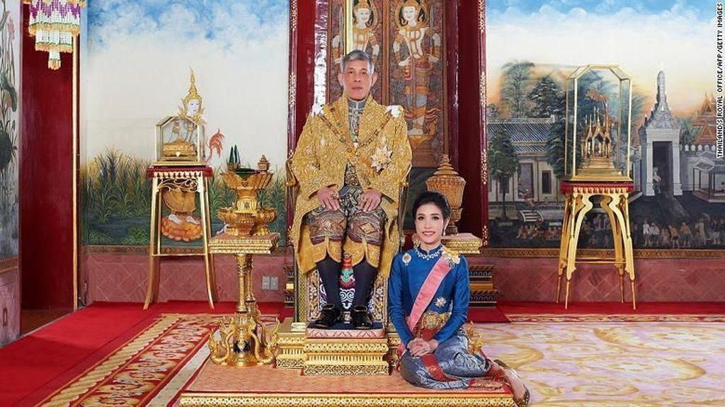 Kunjungi Penjara, Raja Thailand dan Selirnya Menyapu Lantai
