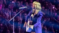 Taylor Swift Perdana Bawakan Betty di Academy of Country Music