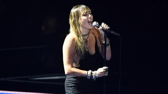 Penampilan Syahdu Miley Cyrus di Perpisahan Slide Away