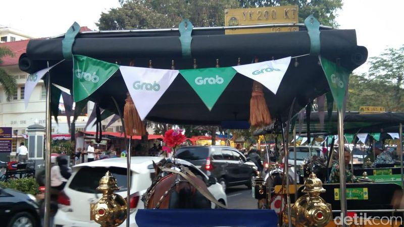 Sekarang, kamu bisa naik GrabAndong di Yogyakarta. Andong yang ada di aplikasi memiliki label Grab di sekelilingnya (Elmy Tasya Khairally/detikcom)