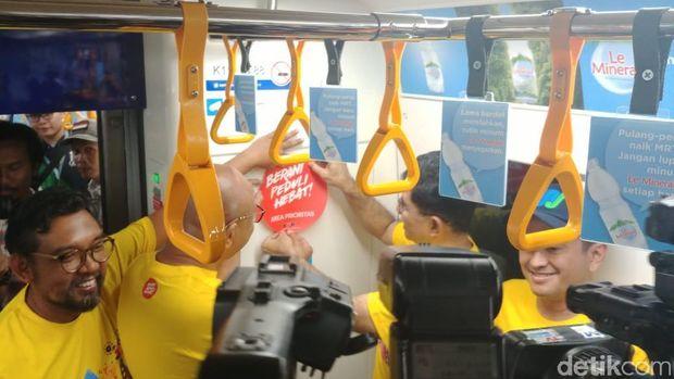 Kampanye Antikorupsi, KPK Pasang Stiker 'Berani Jujur Hebat' di Gerbong MRT