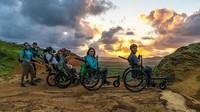 Melihat kondisi temannya, Camilo pun tetap membantu Alvaro untuk menggapai mimpinya menaklukkan alam indah Patagonia. dalam upayanya, mereka membuat kursi roda khusus hiking bernama Silberstein (@wheeltheworld/Instagram)