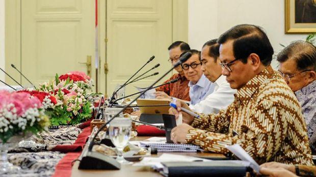 Jika ditemukan pelanggaran, Jokowi meminta adanya tindakan tegas.