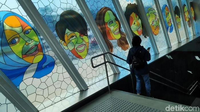 Pemprov DKI Jakarta bekerja sama dengan MRA Media mempercantik halte bus dan stasiun Moda Raya Terpadu (MRT) dengan seni rupa. Ada 21 halte bus dan 6 stasiun MRT sepanjang Jalan Jenderal Sudirman-MH Thamrin yang telah dihias. Pemasangan instalasi seni rupa di halte dan stasiun MRT merupakan rangkaian acara pameran Jakarta Art Week 2019.