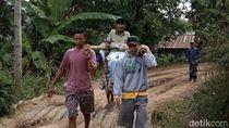 Akibat Jalan Rusak, Warga Gowa Ditandu 5 Km Menuju Puskesmas