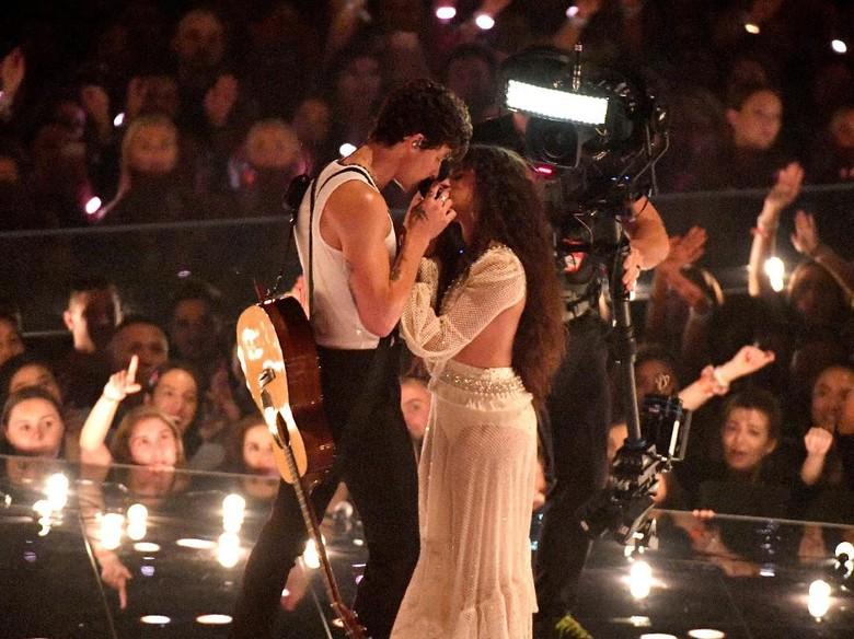 Shawn Mendes dan Camila Cabello Foto: Noam Galai/Getty Images