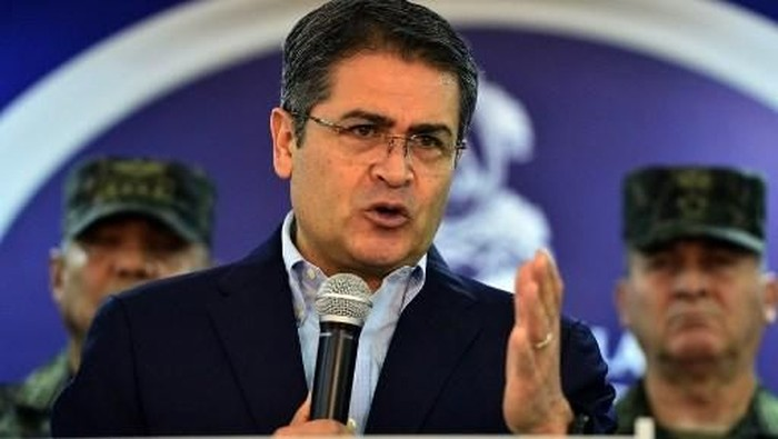 Honduran President Juan Orlando Hernandez speaks at the presidential house in Tegucigalpa, on June 20, 2019. - Thousands of Hondurans blocked streets across the country while looters raided and torched businesses in the capital Wednesday night demanding the resignation of Hernandez as tensions mount over strikes by police and truckers. (Photo by ORLANDO SIERRA / AFP)