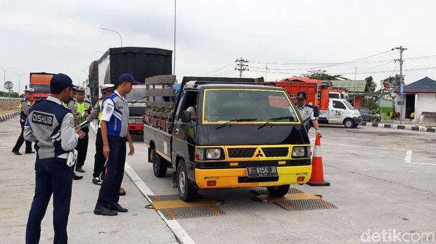 Razia 'Odol' Digelar di Tol Pejagan-Pemalang, Puluhan Truk Ditilang