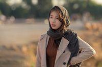 Penampilan Suzy pakai hijab pashmina di drama Vagabond