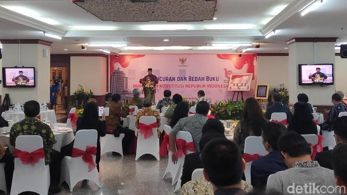 Foto: Eks Ketua MK Jimly Asshidiqie memberi sambutan di acara peluncuran buku di gedung MK, Jalan Medan Merdeka Barat, Jakarta Pusat. (Alfons-detikcom)
