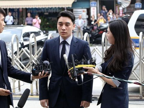 SEOUL, SOUTH KOREA - AUGUST 28: Seungri, formerly a member of South Korean boy band BIGBANG is seen arriving at a police station on August 28, 2019 in Seoul, South Korea. The Seoul Metropolitan Police Agency has booked Seungri, a former member of K-pop boy band BIGBANG and the former CEO of the bands's music label YG Entertainment to question over the charges of gambling in a foreign country and securing the money in violation of South Korean law. (Photo by Chung Sung-Jun/Getty Images)