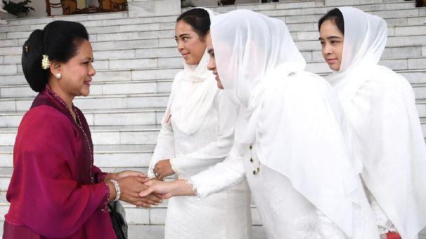 Jokowi & Senyum Lebar Saat Selfie dengan 3 Putri Malaysia