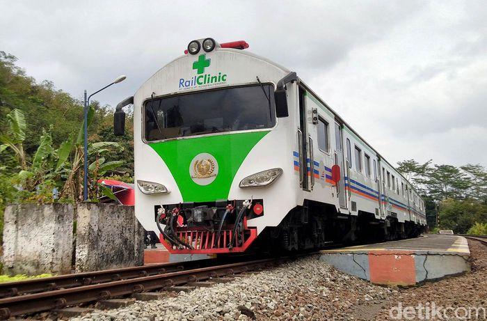 Rail Clinic atau kereta pelayanan kesehatan PT Kereta Api Indonesia (KAI) mengunjungi Stasiun Karangpucung, Kota Banjar, Jawa Barat, Rabu (28/8/2019).