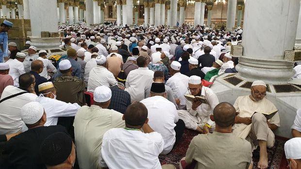 Jemaah haji menyemut mendengarkan ceramah dari ustaz Indonesia.