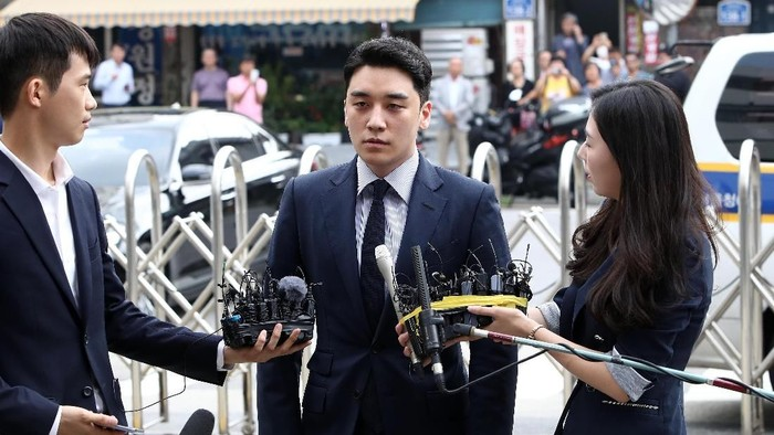 SEOUL, SOUTH KOREA - AUGUST 28: Seungri, formerly a member of South Korean boy band BIGBANG is seen arriving at a police station on August 28, 2019 in Seoul, South Korea. The Seoul Metropolitan Police Agency has booked Seungri, a former member of K-pop boy band BIGBANG and the former CEO of the bandss music label YG Entertainment to question over the charges of gambling in a foreign country and securing the money in violation of South Korean law. (Photo by Chung Sung-Jun/Getty Images)