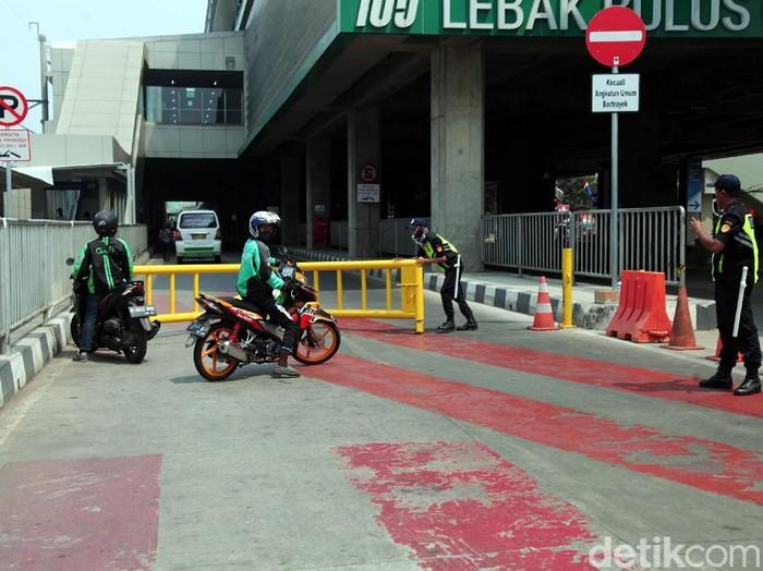 Suku Dinas Perhubungan Jakarta Selatan melakukan uji coba kanalisasi angkutan umum di bawah stasiun MRT Lebak Bulus, Rabu (28/8/2019).