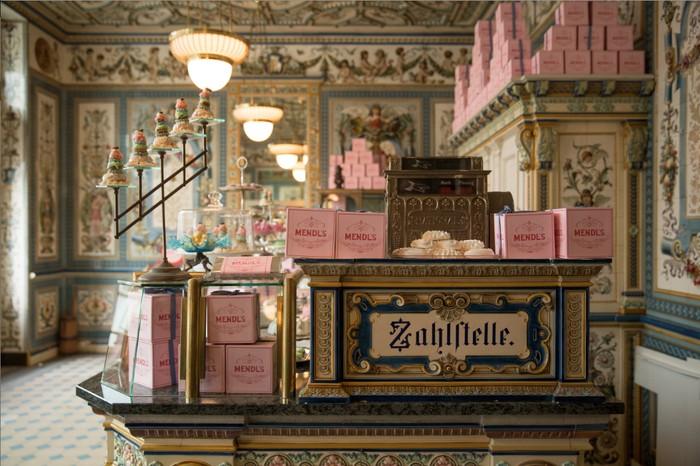 Bagi penikmat film dengan hasil sinematografi yang menawan. Pasti ingat dengan Mendls Bakery yang ada di film The Grand Budapest, toko kue ini aslinya bernama Dresdner Molkerei Gebrüder Pfund di Jerman dan masih buka hingga sekarang. Foto: Istimewa