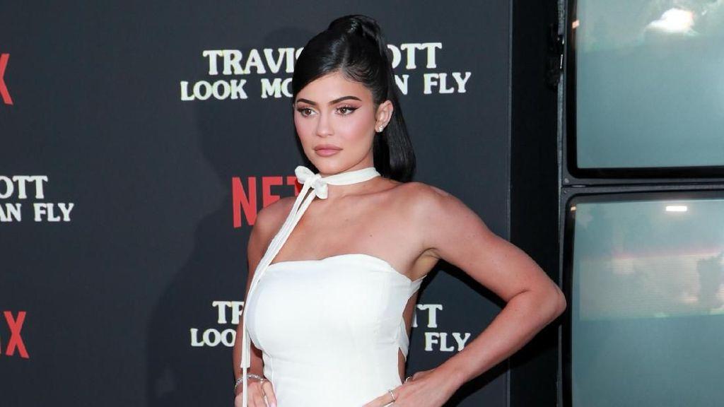 Kylie Jenner Dihujat Pose Pakai Kerudung Tapi Tanpa Celana