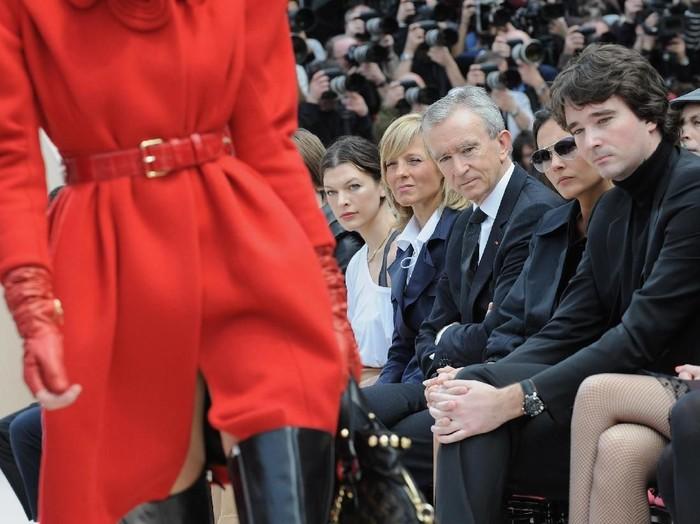 Bernard Arnault (ketiga dari kanan) saat menyaksikan fashion show Louis Vuitton. (Foto: Getty Images)