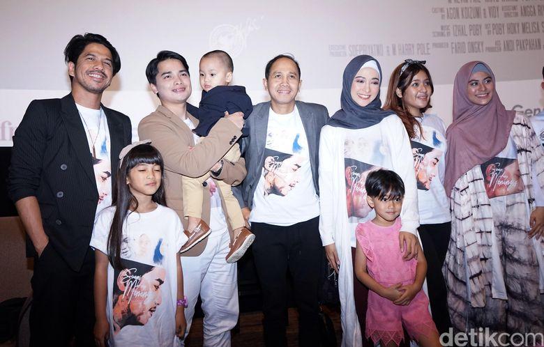 Poppy Bunga bersama para pemain film Suami Yang Menangis saat ditemui di kawasan Epicentrum, Jakarta Selatan pada Selasa (28/8).Pool/Palevi S/detikFoto.