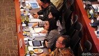 Sri Mulyani mengungkapkan, ketidakpastian global ini akan berdampak pada industri manufaktur hingga memicu aliran dana keluar dari negara berkembang termasuk Indonesia.
