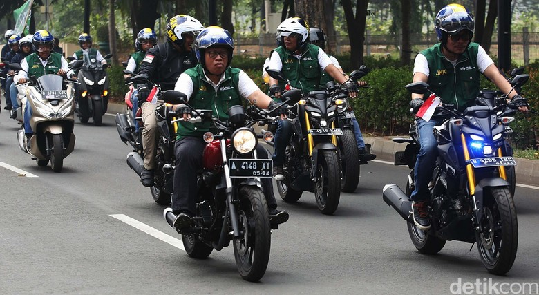 Hanif Dhakiri saat naik motor. Foto: Agung Pambudhy