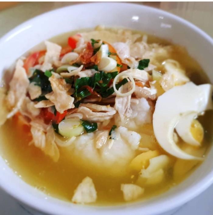 Ini bubur atau sup? Mirip sup dan soto ayam. Itulah tampilan bubur ayam Samarinda. Buburnya nyaris tak terlihat terendam kuah kaldunya. Nyam! Foto : Instagram @susanti_effendi