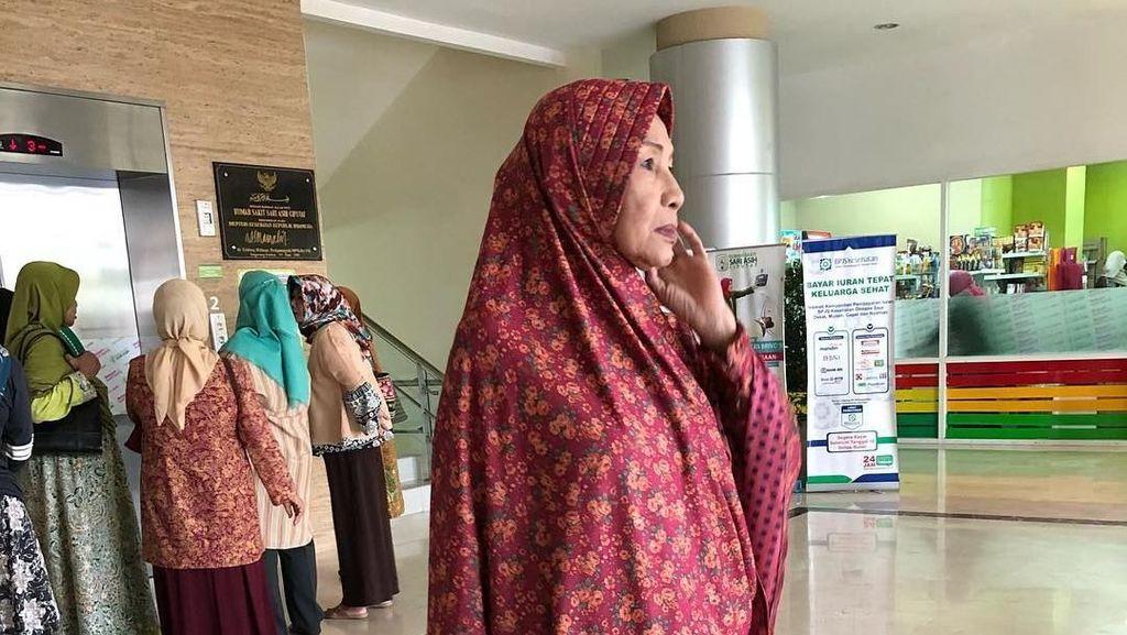 Ketegaran Devi Permatasari Cium Jenazah Ibunda