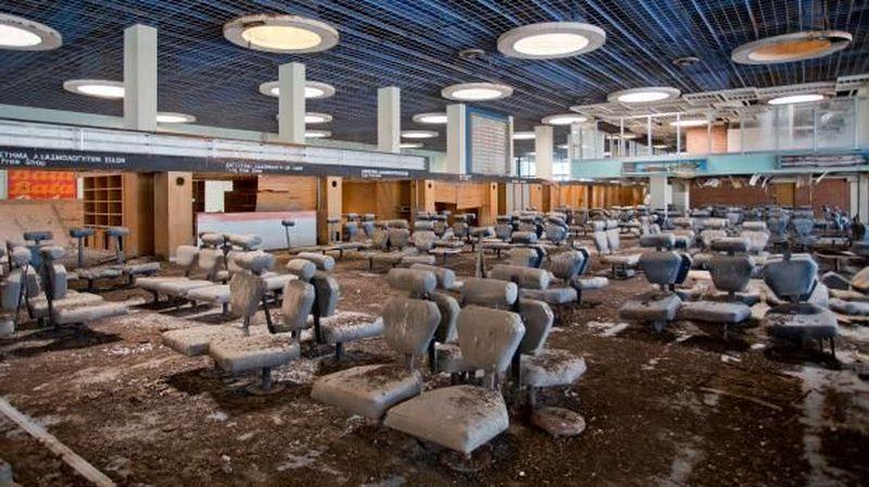 Nicosia International Airport di Cyprus digunakan sebagai pangkalan militer sebelum digunakan untuk penerbangan komersil. Saat Turki menginvasi Cyprus di tahun 1974, membuat bandara ini ditinggalkan sampai sekarang. (Getty Images)