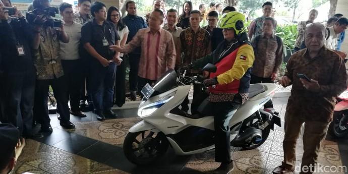 Menperin Airlangga Jajal Honda PCX Listrik