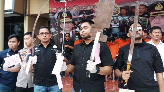 Polisi tunjukkan senjata tajam pelaku tawuran.