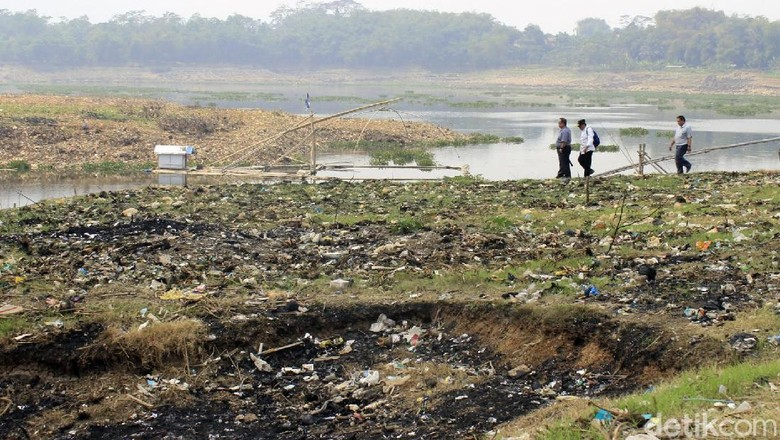 Sungai Citarum Surut, Sampah Pun Muncul