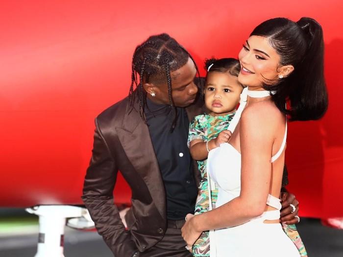 Stormi Webster bersama orangtuanya, Travis Scott dan Kylie Jenner. (Foto: Getty Images)