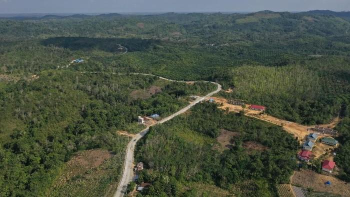 Foto aerial proyek pembangunan jalan Tol Balikpapan-Samarinda yang melintasi wilayah Samboja di Kutai Kartanegara, Kalimantan Timur, Rabu (28/8/2019). Gerbang tol di Samboja akan menjadi salah satu akses masuk ibu kota negara baru dari arah Samarinda dan Balikpapan. ANTARA FOTO/Akbar Nugroho Gumay/wsj.