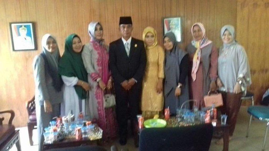Anggota DPRD Luwu Utara Ini Bawa 3 Istri Saat Pelantikan