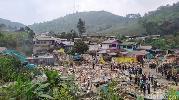 Satpol PP membongkar vila di kawasan Puncak, Kamis (29/8/2019)