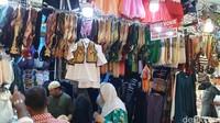 Saat musim haji seperti ini, situasi di pasar lokal ini pastinya penuh dengan jemaah. Penjual sahut-sahutan menawarkan barang dagangannya layaknya di pasar Tanah Abang. (Ardhi/detikcom)