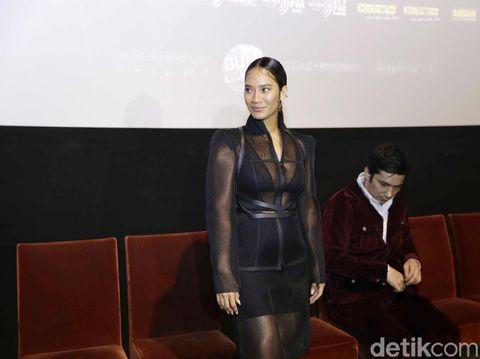 7 Fakta Tara Basro yang Kenakan Dress Transparan di Premiere Gundala