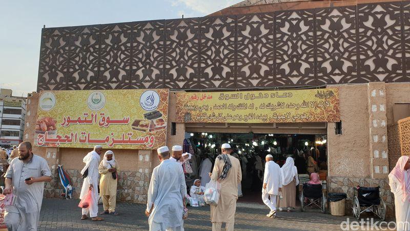 Dari Masjid Nabawi, jemaah tinggal menuju pintu keluar melalui gate 21 atau pintu utama. Kemudian tinggal jalan lurus menuju jalan raya, jaraknya cuma dua blok. Saat ketemu lampu lalu lintas, nanti jemaah bakal melintasi area terbuka yang kadang suka menjadi area jualan kaki lima. (Ardhi/detikcom)
